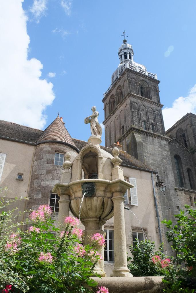 Basilique Saint Andoche et fontaine Caristie